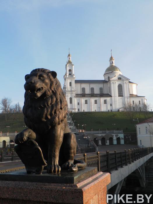 Лев возле собора