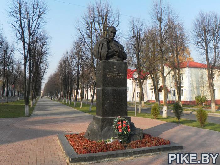 Молодеяно Марков памятник