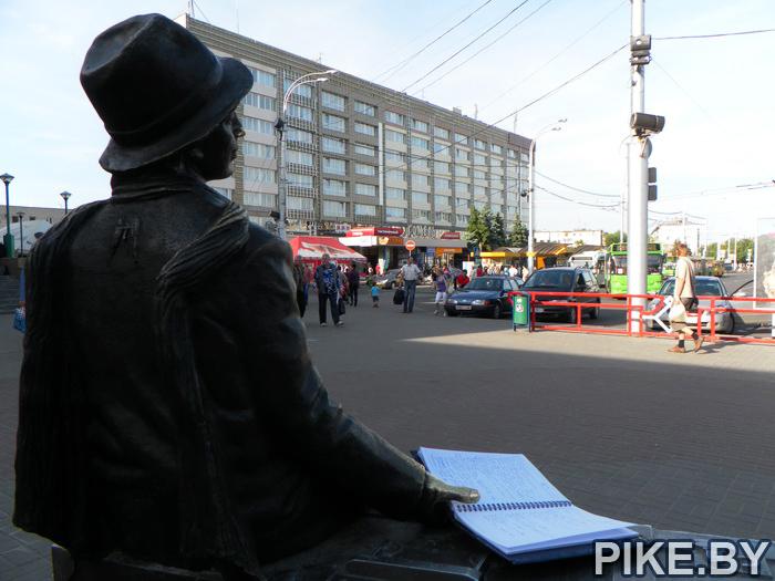 Памятник на вокзале Гомель